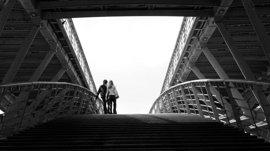 Liebespaar auf einer Brücke in Paris.