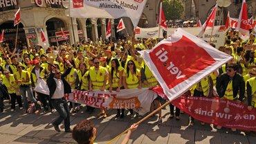 Große Demonstration mit vielen Transparenten und ver.di-Fahnen.