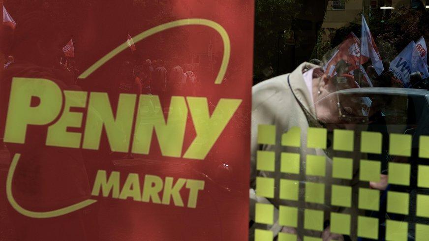 Penny-Logo mit Spiegelung in einem Schaufenster.